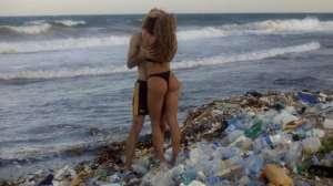 女优Leolulu海边拍片 透过海滩垃圾展现养眼画面