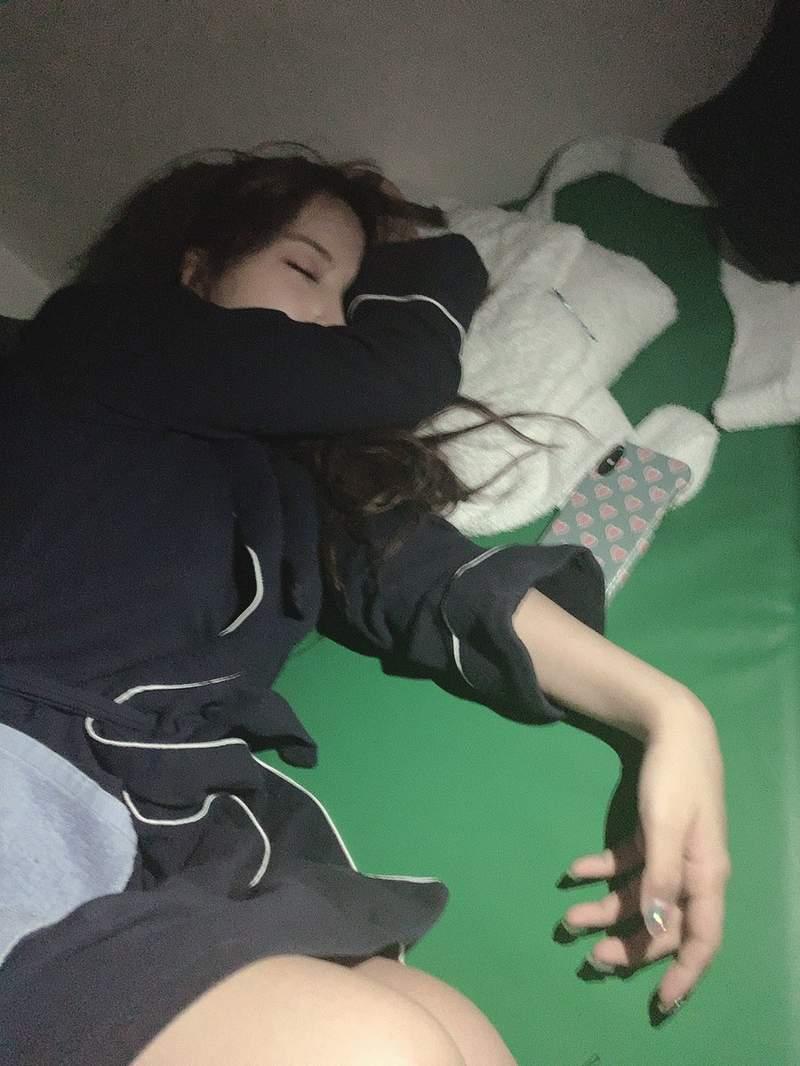 三上悠亚睡颜照片 拍摄日历累到睡着睡姿可爱