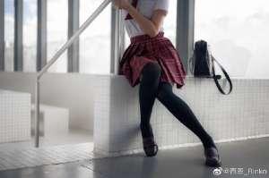 清纯短发美少女 学生服搭配黑色丝袜充满青春气息