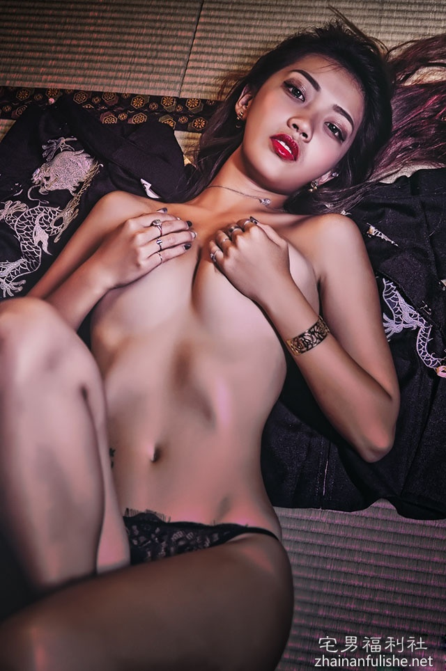 古典美女的蕾丝诱惑!「双手遮胸」太喷火,美乳包不住啊!